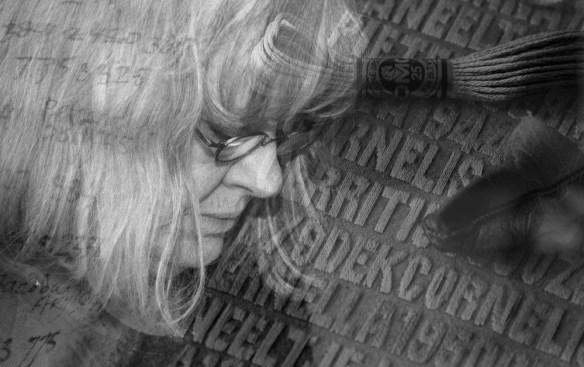 Dubbelopname van Miep van Riessen met details van haar magnum opus 'De verdronkenen' (foto Jan van de Ven)