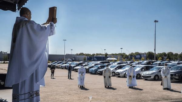 Una misa en coche reúne a 500 fieles en un estacionamiento