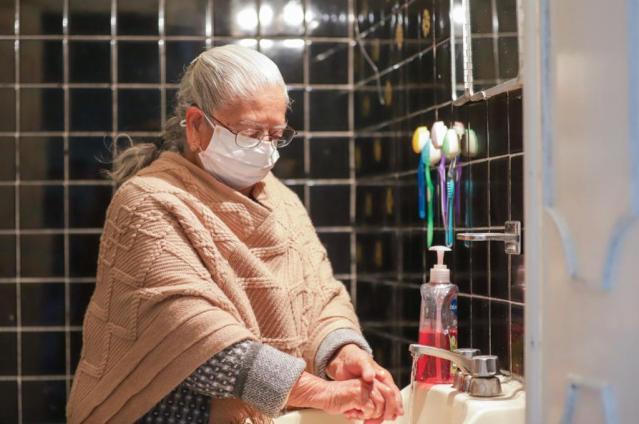 Piden continuar con medidas sanitarias en personas adultas mayores ya vacunadas