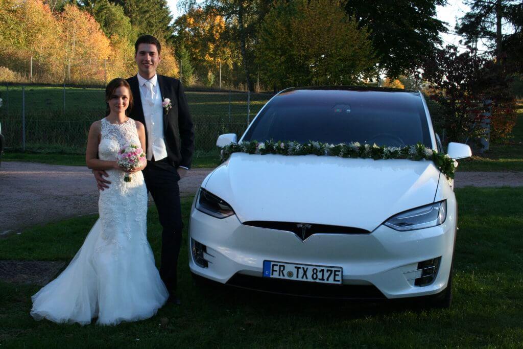 Tesla Model X 100D mieten in Freiburg als Hochzeitsauto Brautpaar vorne