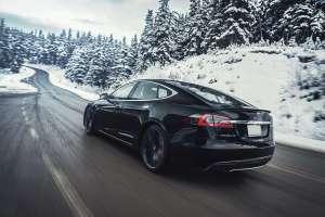 Tesla Model S schwarz Schnee