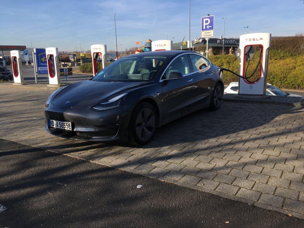Tesla Model 3 AWD Greta schräg supercharger