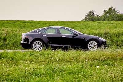 Tesla Model S 75d mieten in Köln hinten