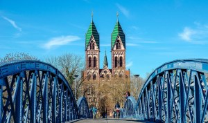 Tesla mieten Freiburg Brücke