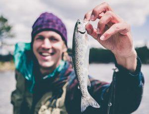 pêcheur heureux avec un petit poisson