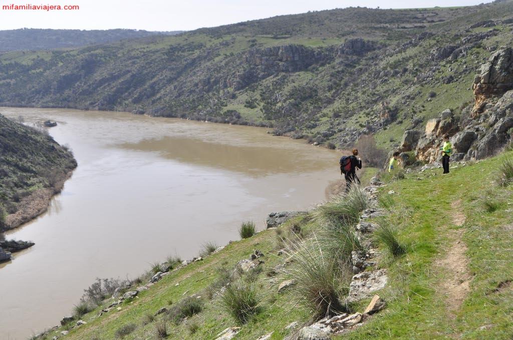 Senda por la parte superior del cañón fluvial