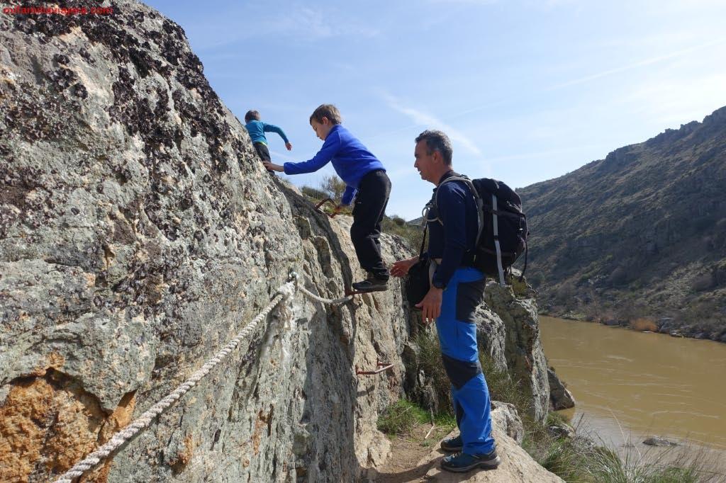 Cuerda y escalones metálicos de acceso a la cascada superior
