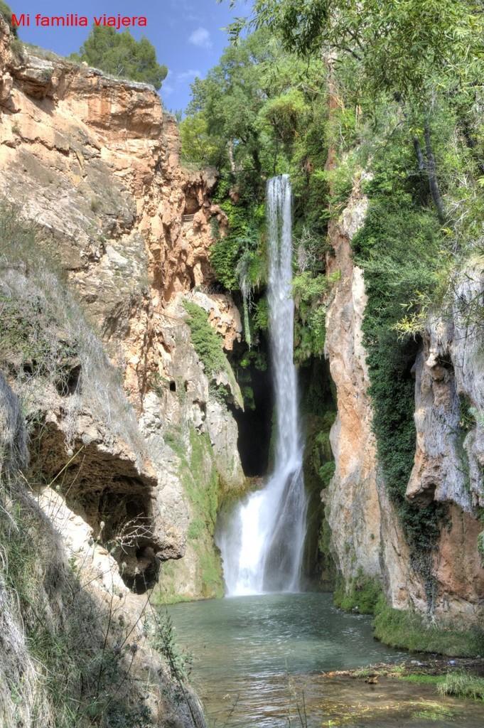 Monasterio De Piedra Con Ninos Donde El Agua Juega Con La Naturaleza