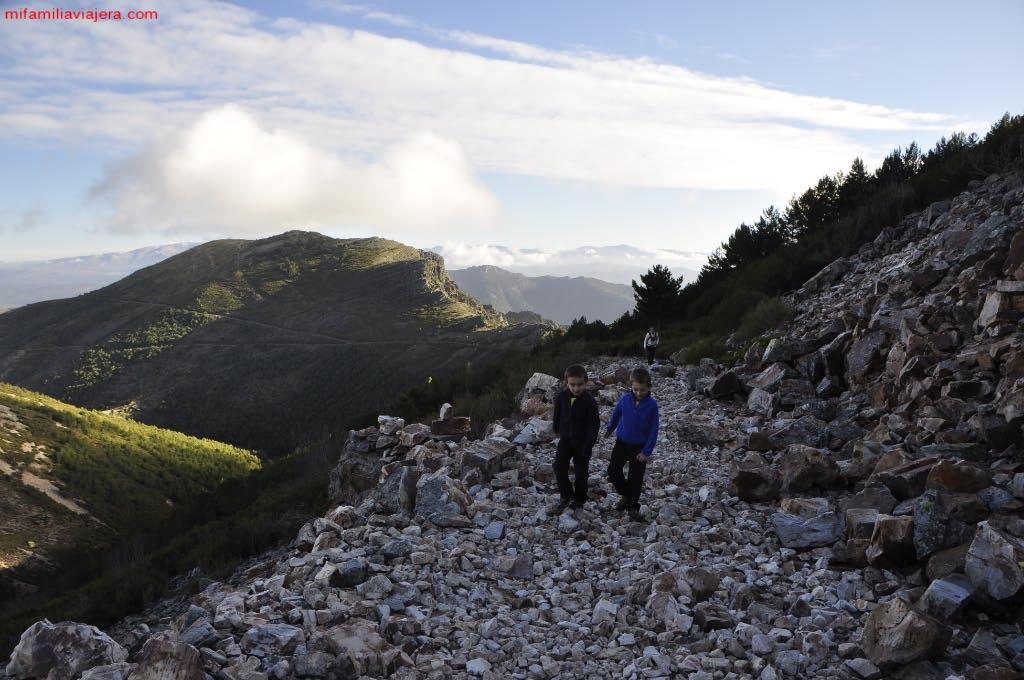 Senda a media ladera de la montaña