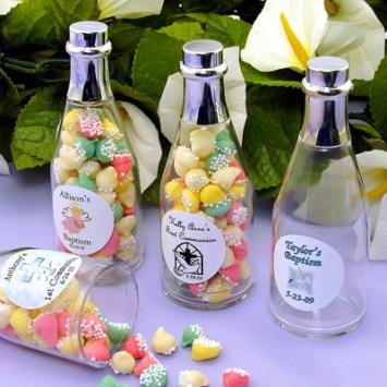 Botellas transparentes personalizadas y rellenas con dulces. Fuente: http://www.wrapwithus.com