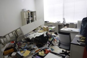 転倒した研究室の書棚。下敷きになったテーブルは足が折れ曲がった。