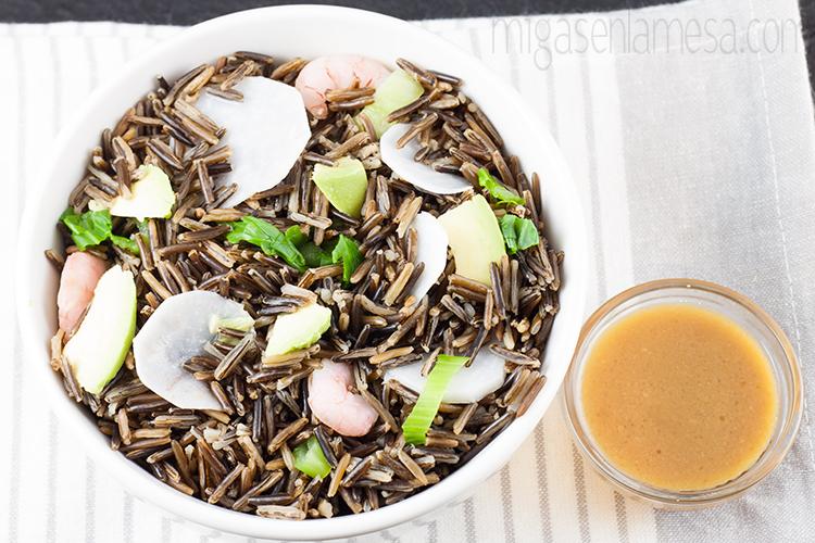 Ensalada de arroz salvaje con aderezo de miso