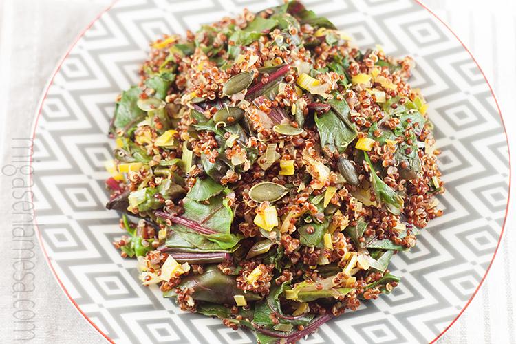Quinoa roja salteada con hojas de remolacha