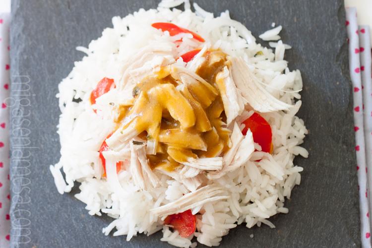 Ensalada de arroz y pollo con aderezo de miso