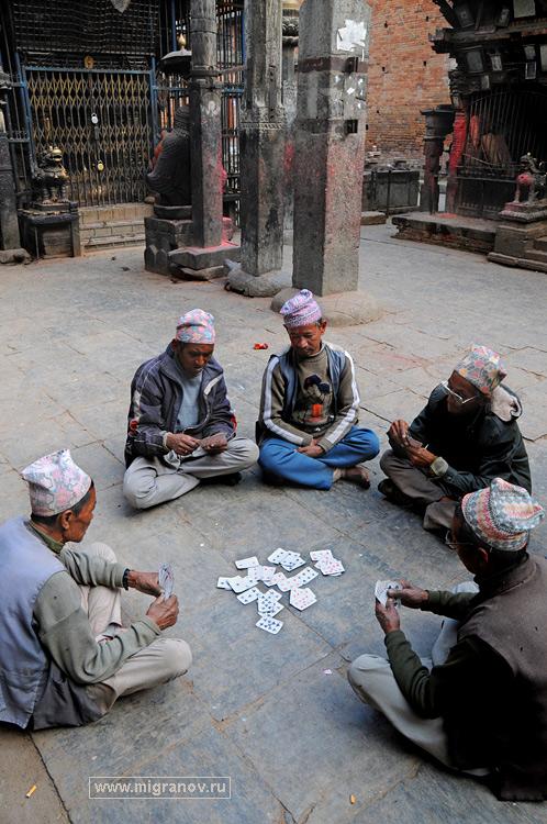 Картёжники играют в карты на улице, фото картёжников