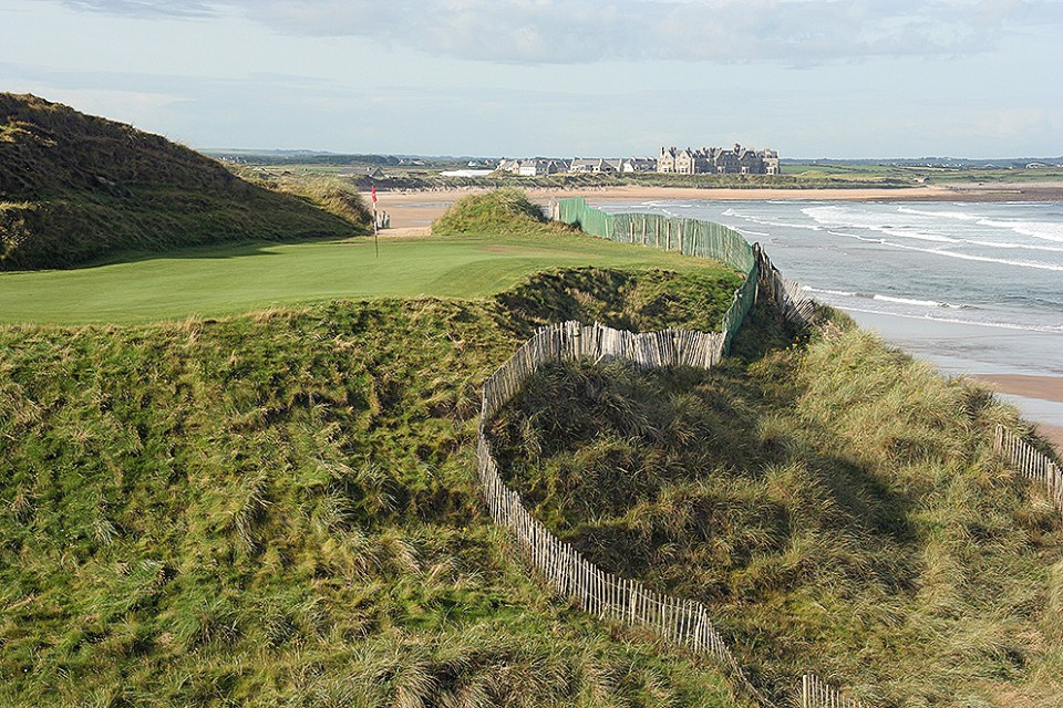 From the 14th tee there is a lovely view over the Doonbeg Bay with the clubhouse in the background.