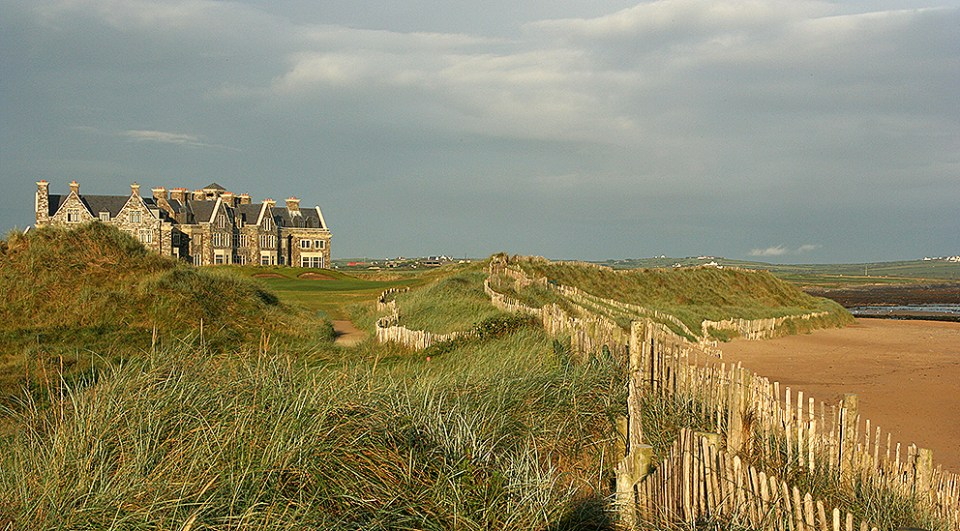 The clubhouse with the 18th green in front of it, between the terrace and the ocean.