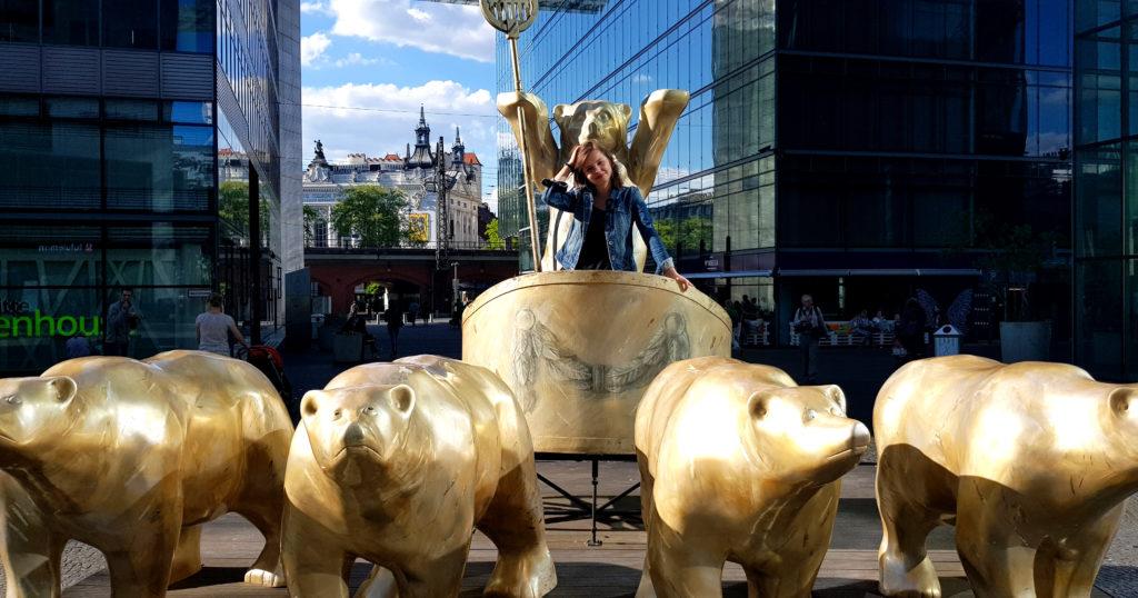 Stoją wkarocy iprowadzę berlińskie niedźwiedzie
