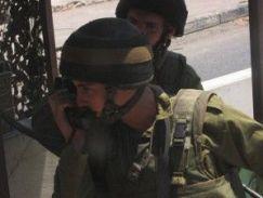 soldado-israelí-verificando-datos