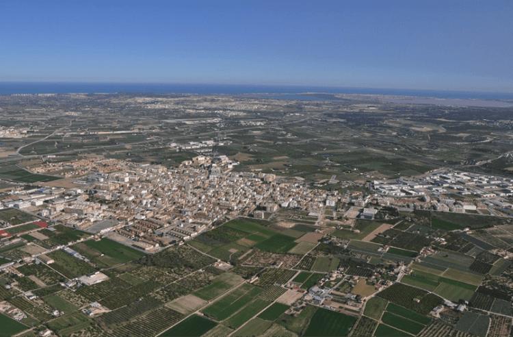 Foto 1. Foto aérea del casco urbano y la Huerta de Almoradí, con el mar al fondo. Fuente: Web http://ppalmoradi.org/desconocimiento_almoradi_otros_partidos/