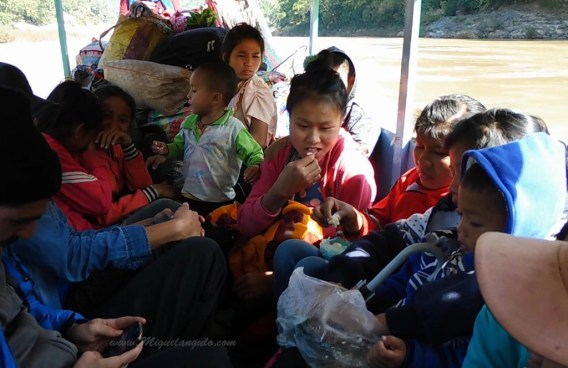 Dans la pirogue remontant la Nam Ou vers Muang Khua (Laos)