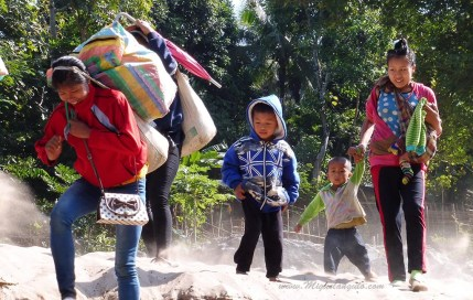 Villageois prêts à embarquer sur une pirogue à moteur de la Nam Ou (Laos)