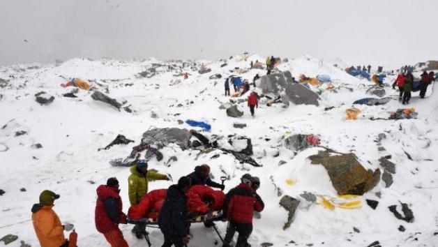 Operațiune de salvare pe Everest. AFP Photo/Roberto Schmidt)