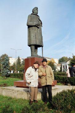 Maestrul Ion Irimescu şi directorul Gheorghe Dăscălescu lângă monumentul din Fălticeni dedicat scriitorului M Sadoveanu