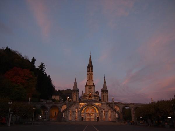 ルルド大聖堂。フランスルルド、朝の美しい大聖堂