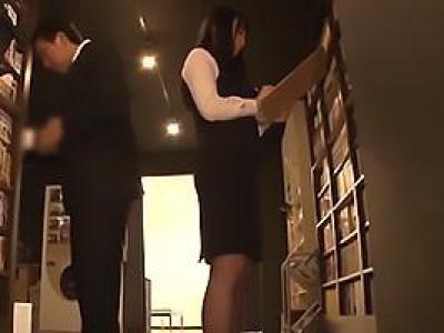 真面目に働く黒髪ロングの美人な黒パンストネットカフェ店員!仕事中に痴漢のターゲットとなってしまうの画像です