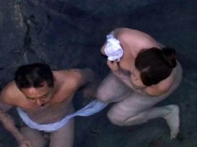 【ヘンリー塚本】風間ゆみ 大沢萌 爆乳おっぱいの熟女に温泉内で肉棒をぶち込みハメパコ!の画像です