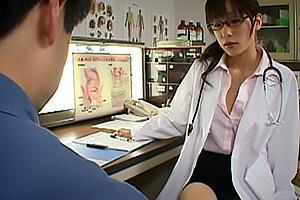 かすみ果穂 美乳スレンダー美女のコスプレセックス!メガネ美人の女医にローションたっぷりに手コキされアナルを責められる