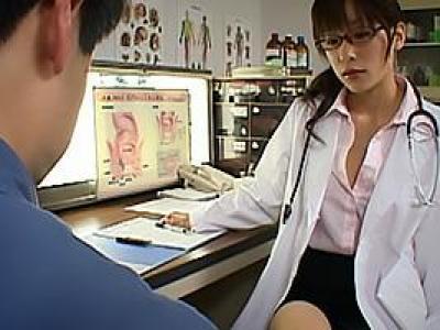 かすみ果穂 メガネの美人女医がドスケベマッサージ!ローションまみれにされアナルとちんぽを責められるの画像です