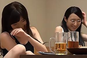 相席居酒屋で堅物系と派手系な人妻美女2人組と同席!派手妻のエロモードに刺激され堅物妻はフェラから生ハメ中出し