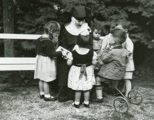 Sister Maria Innocentia Hummel and children