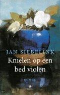 Jan Siebelink - knielen op een bed violen