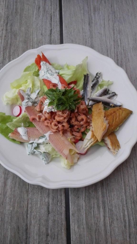 sla uit vakes tuin, met liefde gekweekt. Gerookte forel, garnaaltjes, wilde gerookte zalm, makreel, radijsjes en tomaat