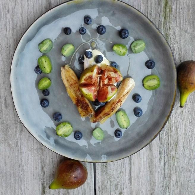 Griekse yoghurt | gebakken banaan en vijg | blauwe bessen | kiwibessen