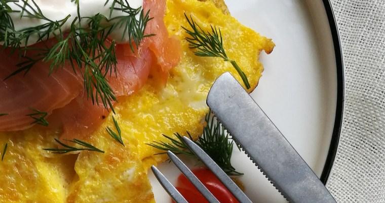 omelet met gerookte zalm en zure room