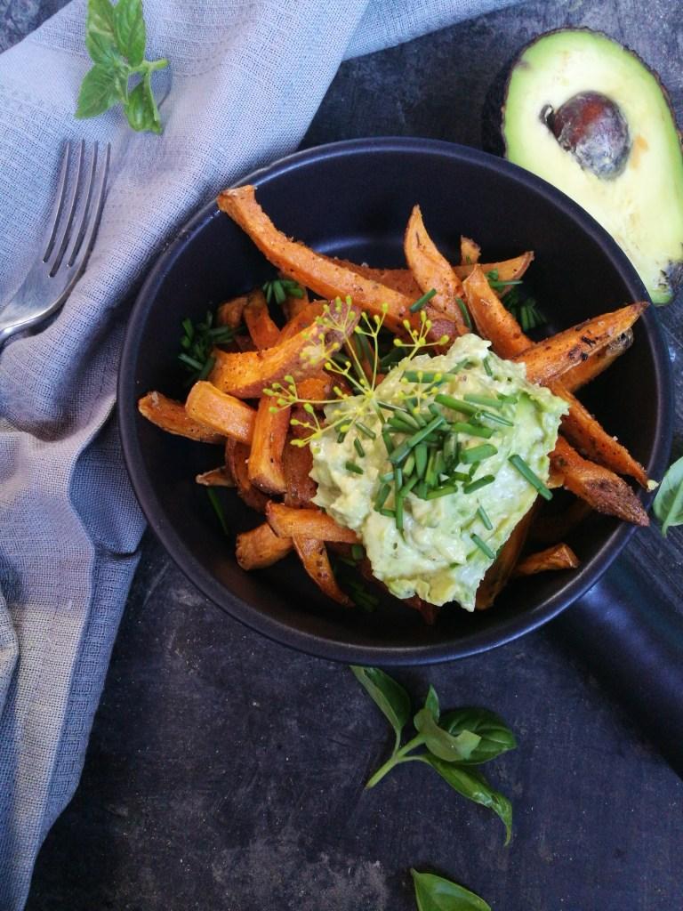 zoete aardappelfrietjes met guaca