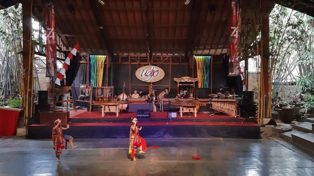 Angklung show Bandung