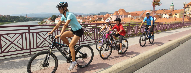 fietsen in oude stad van Maribor; foto A. Fevzer / bron Maribor Tourist Board