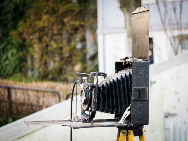 Metallarket i filmholderen løftes opp når bildet skal taes slik at filmen blir eksponert