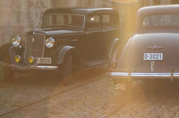 2 veteranbiler i kveldssol