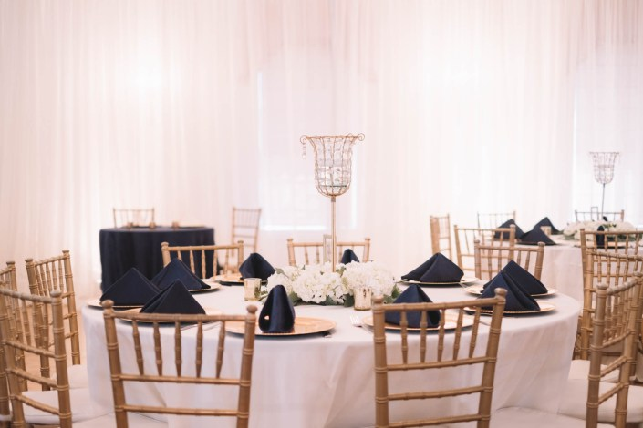 white table cloth blue napskins wedding table