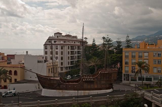 ...statek Kolumba Santa Marię (oczywiście replika, podobno 1:1) stojący sobie w centrum miasta...