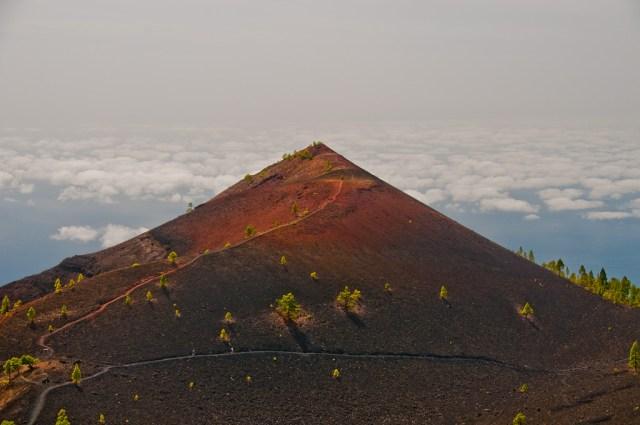 Wulkan Martin, w tle chmury.