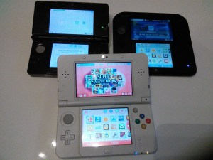 3DS, 2DS and in front NEW 3DS