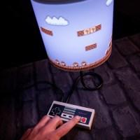 ファミコンコントローラーで操作する、マリオの電気スタンドが超おしゃれ!