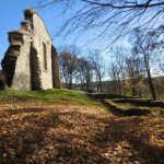 På en bakketopp ruver vestfasaden av den tidligere klosterkirken
